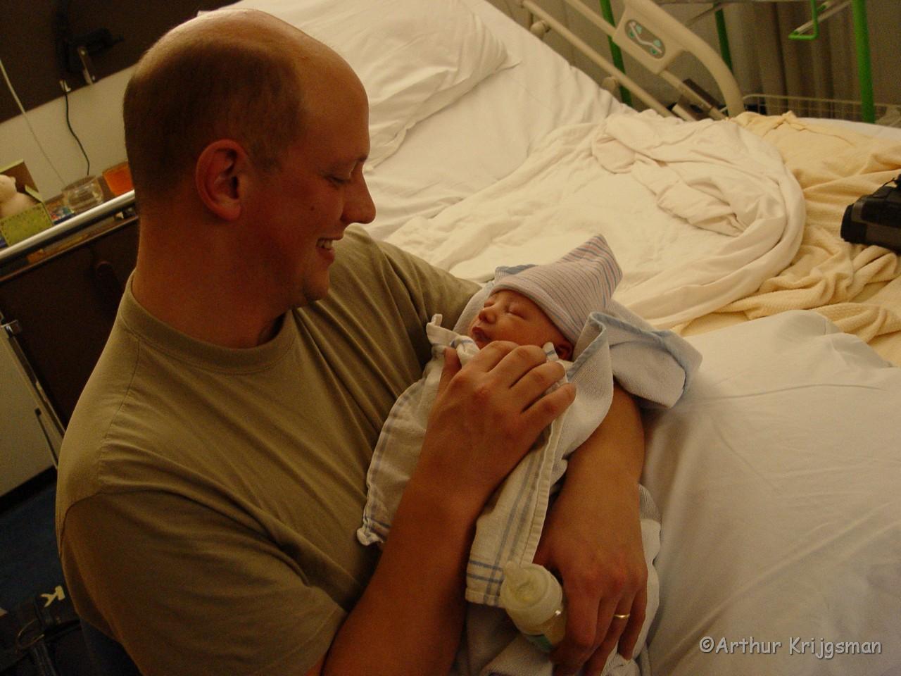 Vader geeft baby zijn eerste flesje.